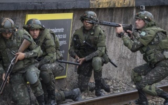 Les forces spéciales de l'armée brésilienne chargée de la sécurité des Jeux Olympiques de Rio s'entraînent le long de la plateformes de la gare de Deodoro, à Rio de Janeiro, au Brésil, le 16 juillet 2016. (Crédit : AFP/Christophe Simon)