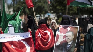 Des partisans palestiniens du Hamas tiennent des portraits du président turc Recep Tayyip Erdogan et crient des slogans contre la tentative de coup d'Etat militaire en Turquie pendant une manifestation à Gaza ville, le 17 juillet 2016. (Crédit : AFP/Mahmud Hams)