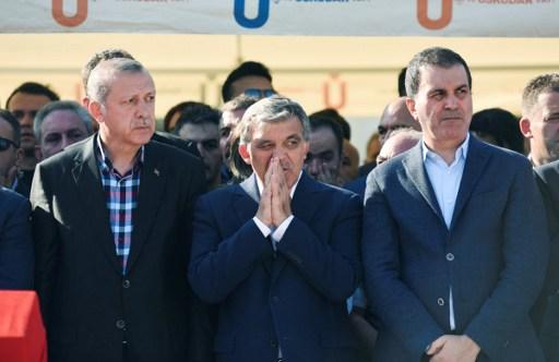 Le président turc Recep Tayyip Erdogan (à gauche) et l'ancien président turc Abdullah Gul (au centre) pendant les funérailles d'une victime de la tentative de coup d'Etat, à Istanbul, le 17 juillet 2016. (Crédit : AFP/Bulent Kilic)