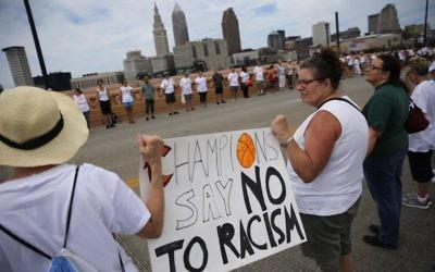 Des gens se donnent la main à un rassemblement de paix au milieu des préparations pour l'arrivée des visiteurs et des délégués pour la Convention nationale républicaine le 17 Juillet 2016, à Cleveland, Ohio. (AFP / DOMINICK REUTER)