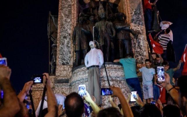 Des partisans d'Erdogan pendent une effigie du dignitaire musulman vivant aux Etats-Unis Fethullah Gülen lors d'un rassemblement sur la place Taksim à Istanbul, le 18 juillet  2016, suite à la tentative de coup d'Etat manqué du 15 juillet (Crédit photo:  OZAN KOSE / AFP)