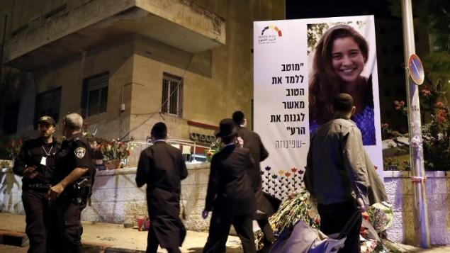 Des juifs ultra-orthodoxes près de l'endroit où Shira Banki, 16 ans, a été tuée en juillet 2015 après avoir été attaquée par un extrémiste juif, Yishai Schlissel pendant la Gay Pride annuelle de Jérusalem, le 21 juillet 2015. (Crédit : AFP/Thomas Coex)