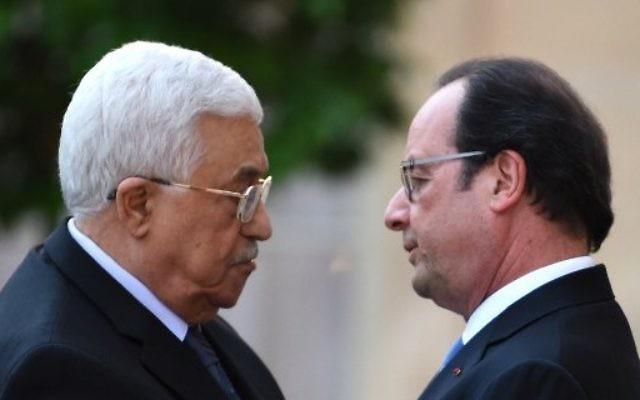 Le président français François Hollande, à droite, et le président de l'Autorité palestinienne Mahmoud Abbas à son arrivée au palais de l'Elysée, à Paris, le 21 juillet 2016. (Crédit : Stéphane de Sakutin/Pool/AFP)