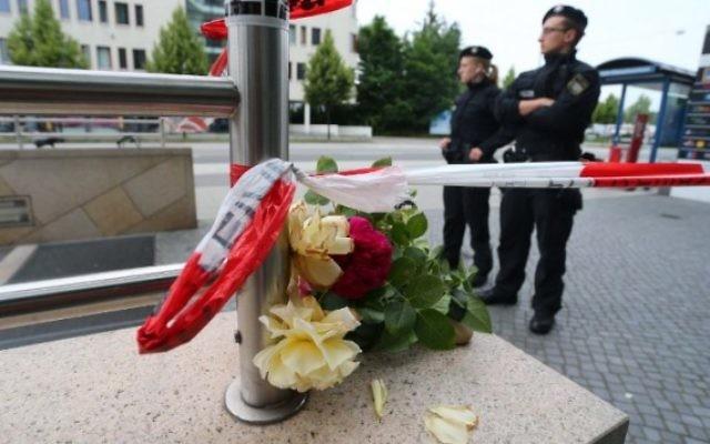 Des officiers de police à l'entrée d'une station de métro, près du centre commercial Olympia Einkaufzentrum OEZ à Munich, le 23 juillet 2016, un jour après une fusillade commise par un adolescent et qui a fait 9 morts (Crédit : AFP PHOTO/DPA/Karl-Josef Hildenbrand)