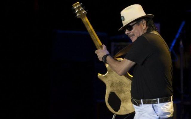 Carlos Santana, guitariste américain né au Mexique, sur scène pendant un concert au festival de musique Starlite à Marbella, le 24 juillet 2016. (Crédit : AFP/Jorge Guerrero)