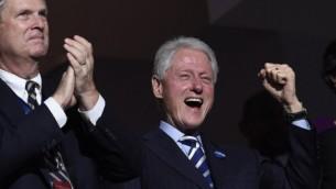 L'ancien président des Etats-Unis Bill Clinton, à droite, applaudit alors que l'ancien maire de New York Michael Bloomberg s'exprime lors de la troisième soirée de la Convention nationale des démocrates au Wells Fargo Center à Philadelphie, en Pennsylvanie, le 27 juillet 2016 (Crédit : AFP/SAUL LOEB)