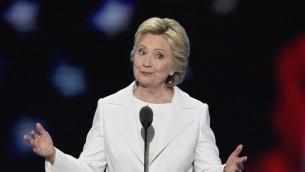 La nominée démocrate à la présidentielle, Hillary Clinton, s'adresse aux délégués pendant le quatrième et dernier soir de la Convention démocrate nationale, à Philadelphie, en Pennsylvanie, le 28 juillet 2016. (Crédit : AFP/Saul Loeb)