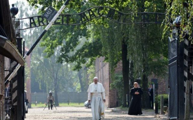 Le pape François sort de l'ancien camp de la mort nazi d'Auschwitz, à Oswiecim, en Pologne, le 29 juillet 2016. (Crédit : Janek Skarzynski/AFP)