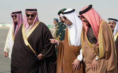 Le ministre saoudien des Affaires étrangères Adel al-Jubeir (au centre à droite) accueille son homologue de Bahreïn Khalid Bin Ahmad al-Khalifa (au centre à gauche) et le secrétaire général du conseil de coopération du Golfe Abdullatif bin Rashid Al-Zayani de Bahreïn (tout à droite) à leur arrivée pour un conseil de coopération du Golfe dans la capitale de l'Arabie saoudite, Ryad, le 9 janvier 2016. (Crédit : AFP/Ahmed Farwan)
