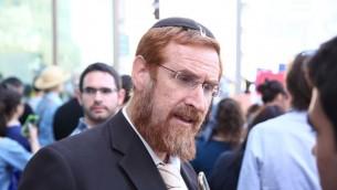 Le député du Likud Yehuda Glick  lors d'une manifestation devant la Cour suprême religieuse à Jérusalem pour défendre la conversion au judaïsme de Nicole, Américaine de 31 ans convertie par le rabbin Haskel Lookstein, le 6 juillet 2016 (Crédit : Ezra Landau)