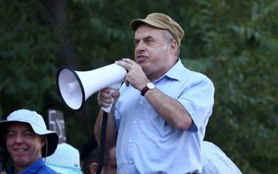 Le chef de l'Agence juive Natan Sharansky lors d'une manifestation devant la Cour suprême religieuse à Jérusalem pour défendre la conversion au judaïsme de Nicole, Américaine de 31 ans convertie par le rabbin Haskel Lookstein, le 6 juillet 2016 (Crédit : Ezra Landau)
