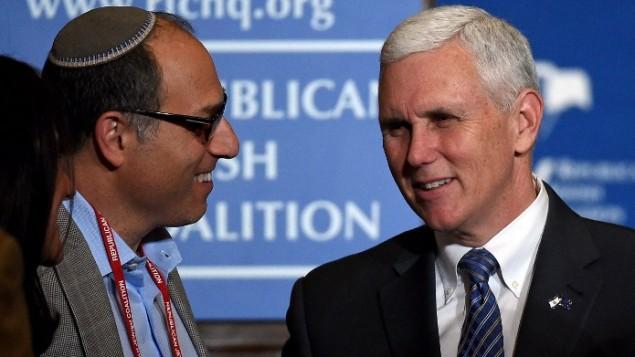 Bernard Hasten, à gauche, avec le gouverneur de l'Indiana Mike Pence après son discours devant la Coalition juive républicaine à Las Vegas, le 25 avril 2015. (Crédit : AFP/Ethan Miller/Getty Images)