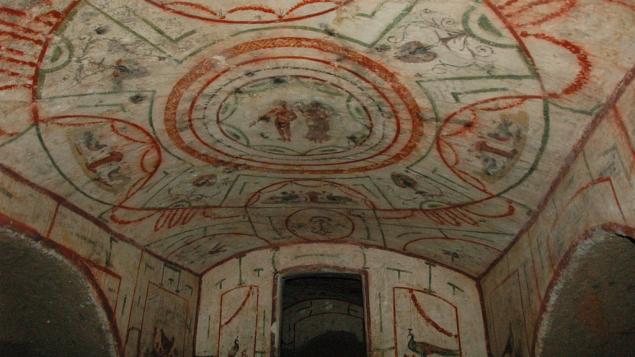 La chambre peinte avec la Déesse de la victoire couronnant un athlète (Crédit : autorisation de Jessica Dello Russo – Société internationale des catacombes)