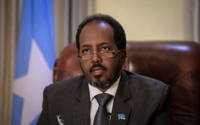 Hassan Sheikh Mohamud, président  de Somalie depuis 2012, dans son bureau présidentiel, en avril 2013. (Crédit : AMISOM Public Information/CC0/WikiCommons)