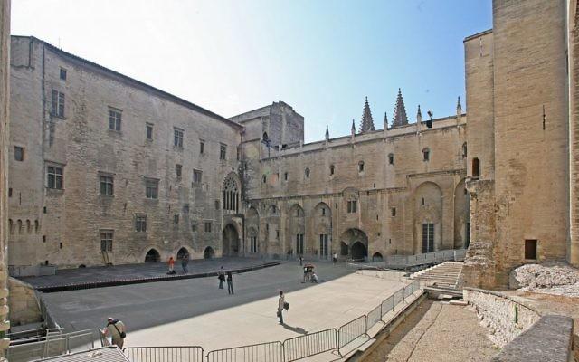 La Cour d'honneur du Palais des papes d'Avignon, où sont représentées les pièces les plus importantes du festival. (Crédits : Jean-Marc Rosier / Wiki Commons)