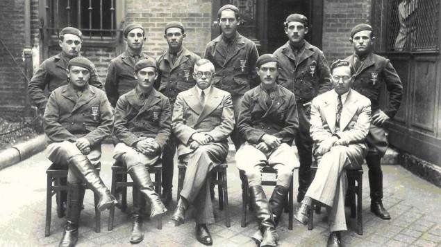 Milton Viorst pointe Zeev Jabotinsky (assis, au centre, avec les membres de son mouvement sioniste révisionniste de droite, le Betar) comme l'ancêtre de la ligne dure actuelle du sionisme. (Crédit : WikiCommons)