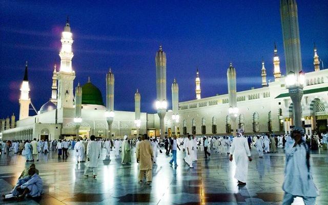 La Mosquée du prophète, à Médine, deuxième ville sainte de l'islam, en Arabie saoudite. Un attentat suicide a eu lieu devant la mosquée le 4 juillet 2016. (Crédit : Omar Chatriwala/CC BY 2.0/WikiCommons)