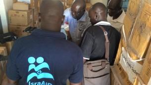 Des travailleurs d'IsraAID distribuent des kits d'équipements médicaux de première nécessité au Soudan du Sud, en octobre 2015. (Crédit : Facebook/IsraAID)