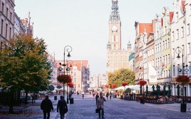 La mairie et la rue Długi Targ  de Gdansk, en Pologne. (Crédit : CC BY/kishjar?/Flickr)