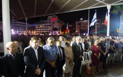 Rassemblement à Netanya en soutien aux victimes de Nice (Crédit : Marine Crouzet / Ambassade de France en Israël)