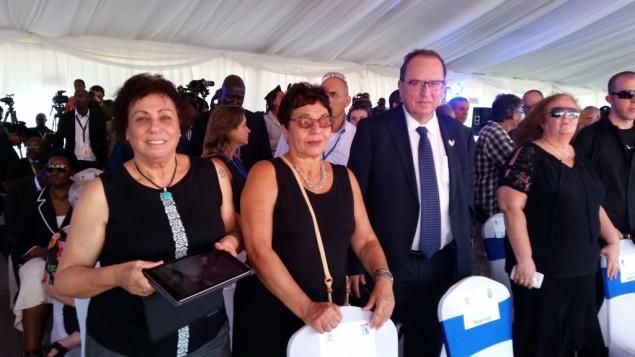 Des proches des otages israéliens tués pendant l'opération Entebbe participent à la cérémonie marquant son 40e anniversaire, en Ouganda, le 4 juillet 2016. (Crédit : Raphael Ahren/Times of Israel)