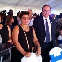 Marlene Moskovitz (à gauche) et sa soeur Martine Arnold à Entebbe pour la cérémonie du 40e anniversaire du sauvetage des otages, le 4 juillet 2016. Leur frère Jean-Jacques est l'une des quatre personnes qui ne sont pas rentrées chez elles (Crédit : Raphael Ahren/Times of Israel)