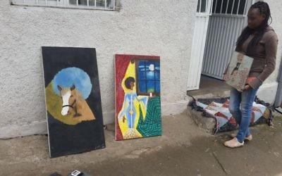 Rahel Nunu montrant son art à des journalistes israéliens au Centre AHOPE pour les orphelins séropositifs à Addis-Abeba, en Ethiopie, le 7 juillet 2016 (Crédit : Raphael Ahren / Times of Israel)