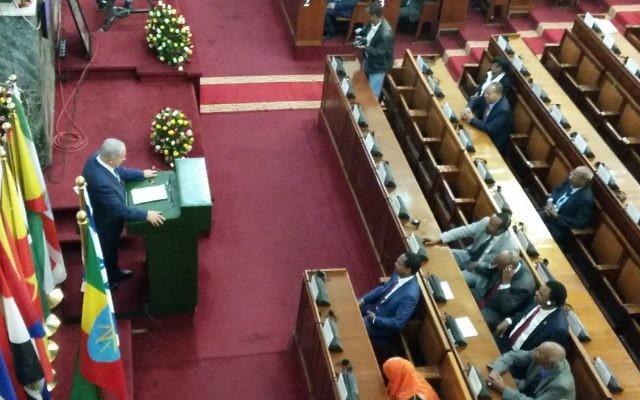 Le Premier ministre Benjamin Netanyahu au Parlement éthiopien, à Addis Abeba, le 7 juillet 2016 (Crédit : Raphaël Ahren/Times of Israel)