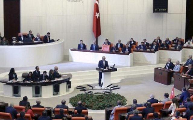 Le Premier ministre turc Binali Yildirim pendant une session extraordinaire du parlement turc à la suite d'une tentative de coup d'Etat, à Ankara, le 16 juillet 2016. (Crédit : AFP/Adem Altan)