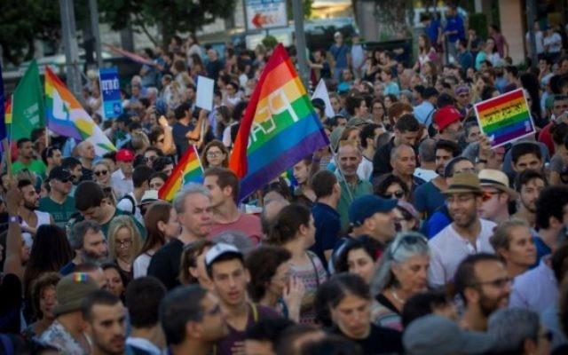 Plus de 25 000 personnes ont défilé pour la Gay Pride annuelle dans le centre de Jérusalem, entourées d'une lourde sécurité, le 21 juillet 2016. (Crédit : Miriam Alster/Flash90)