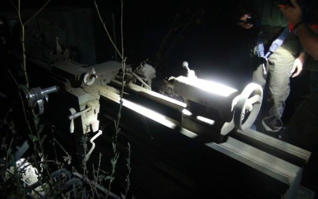 Equipement d'un atelier de fabrication d'armes découvert par l'armée israélienne et la police des frontières à al-Ram, en Cisjordanie, au nord-est de Jérusalem, le 13 juillet 2016. (Crédit : unité des portes-paroles de l'armée)