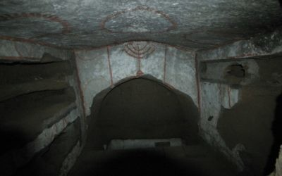 Cette peinture d'une ménorah est l'un des indices qui permettent d'établir les origines juives de la catacombe de Vigna Randanini (Crédit : Rossella Tercatin/Times of Israel)