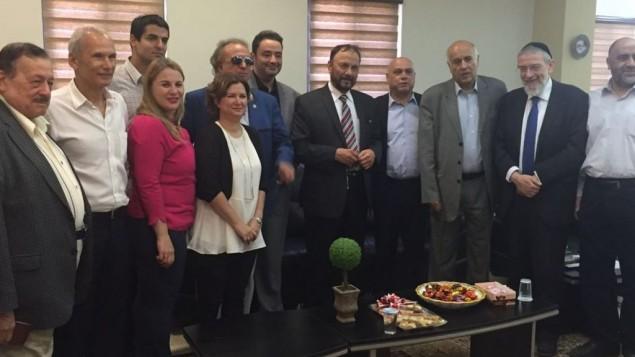 L'ancien général, le Dr Anwar Eshki (au centre avec une cravate rayée), et d'autres membres de la délégation saoudienne  ont rencontré des députés et des responsables israéliens au cours d'une visite en Israël, le 22 juillet 2016. (Crédit : Twitter)