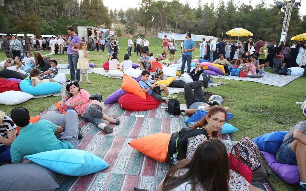 Des participants à l'Olimpiada Paris Jérusalem se reposent sur des coussins dans le Gan Sacher à Jérusalem, le 30 juin 2016. (Crédits : autorisation)