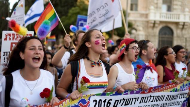 La Gay Pride annuelle de Jérusalem, qui a compté plus de 25 000 participants, le 21 juillet 2016. (Crédit : Flash90)