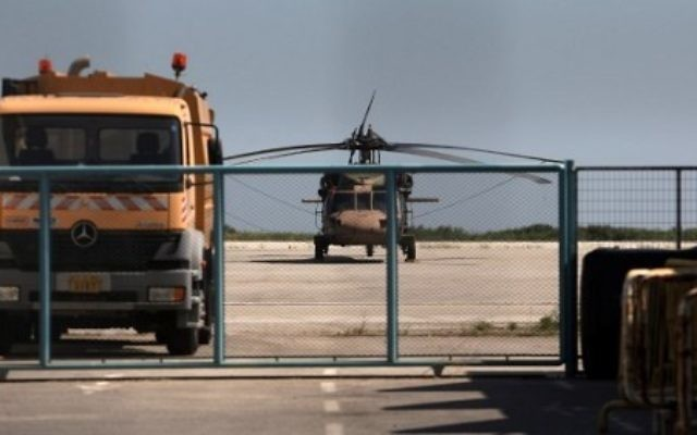 Un hélicoptère militaire turc sur l'aéroport Alexandropoulis, en Grèce, après l'atterrissage de huit officiers demandant asile après une tentative de coup d'Etat en Turquie la nuit précédente, le 16 juillet 2016. (Crédit : AFP/Sakis Mitrolidis)