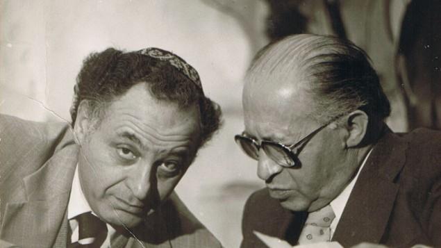 Le Premier ministre Menachem Begin (à droite) avec son conseiller, Yehuda Avner. (Crédit : Moriah Films)