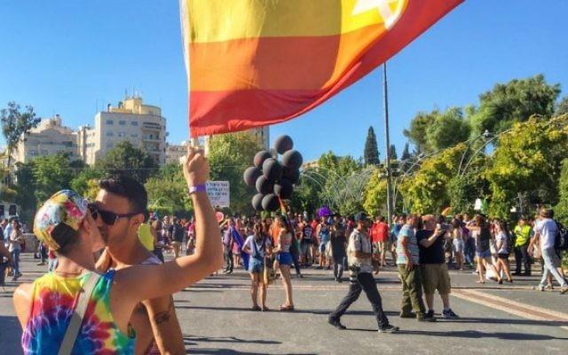 Participants de la Gay Pride de Jérusalem, le 21 juillet 2016. (Crédit : Sarah Tuttle-Singer/Times of Israel)