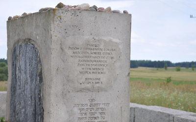 Monument en mémoire des victimes juives du massacre de Jedwabne, qui a eu lieu le 10 juillet 1941. (Crédit : Fotonews/CC BY SA 3.0)