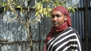 Almenesh Ytagew, 18 ans, dans l'agitation du nettoyage de Pessah dans la synagogue de Gondar, le 21 avril 2016. Elle rêve de servir dans l'armée israélienne quand elle aura fait son alyah. (Crédits : Melanie Lidman / Times of Israel)