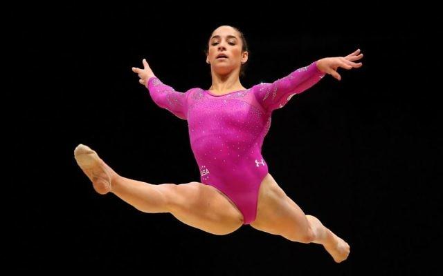Aly Raisman effectuant sa chorégraphie au sol, lors des Championnats du monde de gymnastique artistique de 2015, à Glasgow, en Ecosse, le 24 octobre 2015 (Crédti : Alex Livesey/Getty Images/ via JTA)