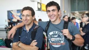 La recrue de Tsahal Aviad Karmazyn disant au revoir à son père avant d'embarquer sur un vol pour Israël  affrété par Nefesh B'Nefesh à New York, le 18 juillet 2016. (Photo: Shahar Azran)