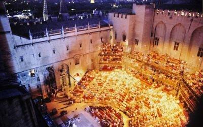 La cour du palais des Papes, illuminée lors du festival d'Avignon en 1995. (Crédits : Daniel Cande / Gallica / Facebook)