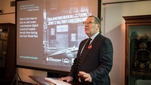 Alan Fell, directeur de projet We Were There Too  présente la nouvelle archive numérique interactive financée par l'Heritage Lottery. (Autorisation: Blake Ezra)