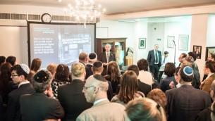 Alan Fell, directeur du projet We Were There Too, présente le nouveau site devant une salle bondée de la synagogue Bevis Marks. (Autorisation: Blake Ezra)
