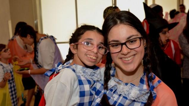 Les enfants de Shalva, accompagnés de bénévoles, se sont produits sur scène (Crédit : autorisation Shalva)