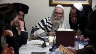 Le rabbin Eliezer Berland avec ses étudiants, dans une vidéo filmée il y a plusieurs années. (Crédit : capture d'écran YouTube)
