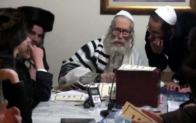 Le rabbin Eliezer Berland avec ses étudiants, dans une vidéo datant d'il y a plusieurs années. (Crédit : capture d'écran YouTube)