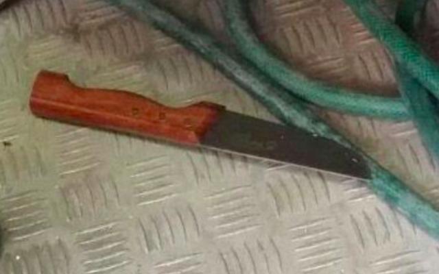Couteau utilisé par une Palestinienne pour blesser des gardes à Hébron, le 1er juillet 2016 (Crédit : police israélienne)