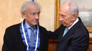 Elie Wiesel (g) et Shimon Peres, en 2013 (Crédit: GPO)